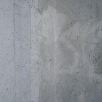 小さな穴が開いた落書き跡の残るコンクリート壁(テクスチャ)の写真