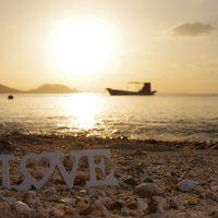 夕暮れの浜辺に置いたLOVEの写真