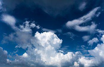 遠くに見える積乱雲と青い空の写真